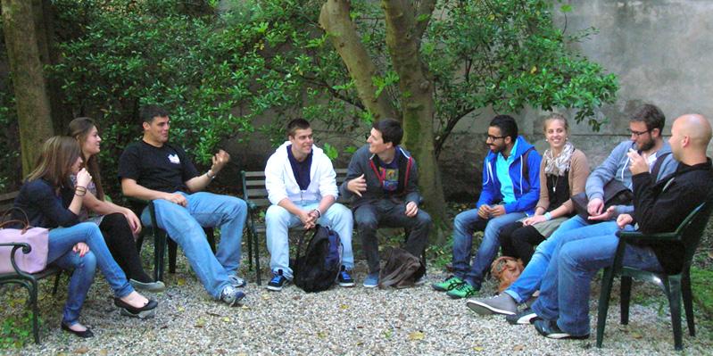 Rilassarsi nel giardino della scuola