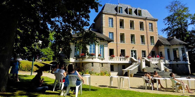 Pausa nei giardini della scuola